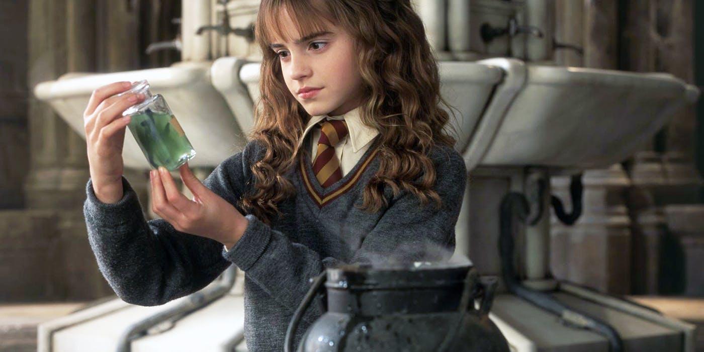 Hermione-brews-Polyjuice.jpg