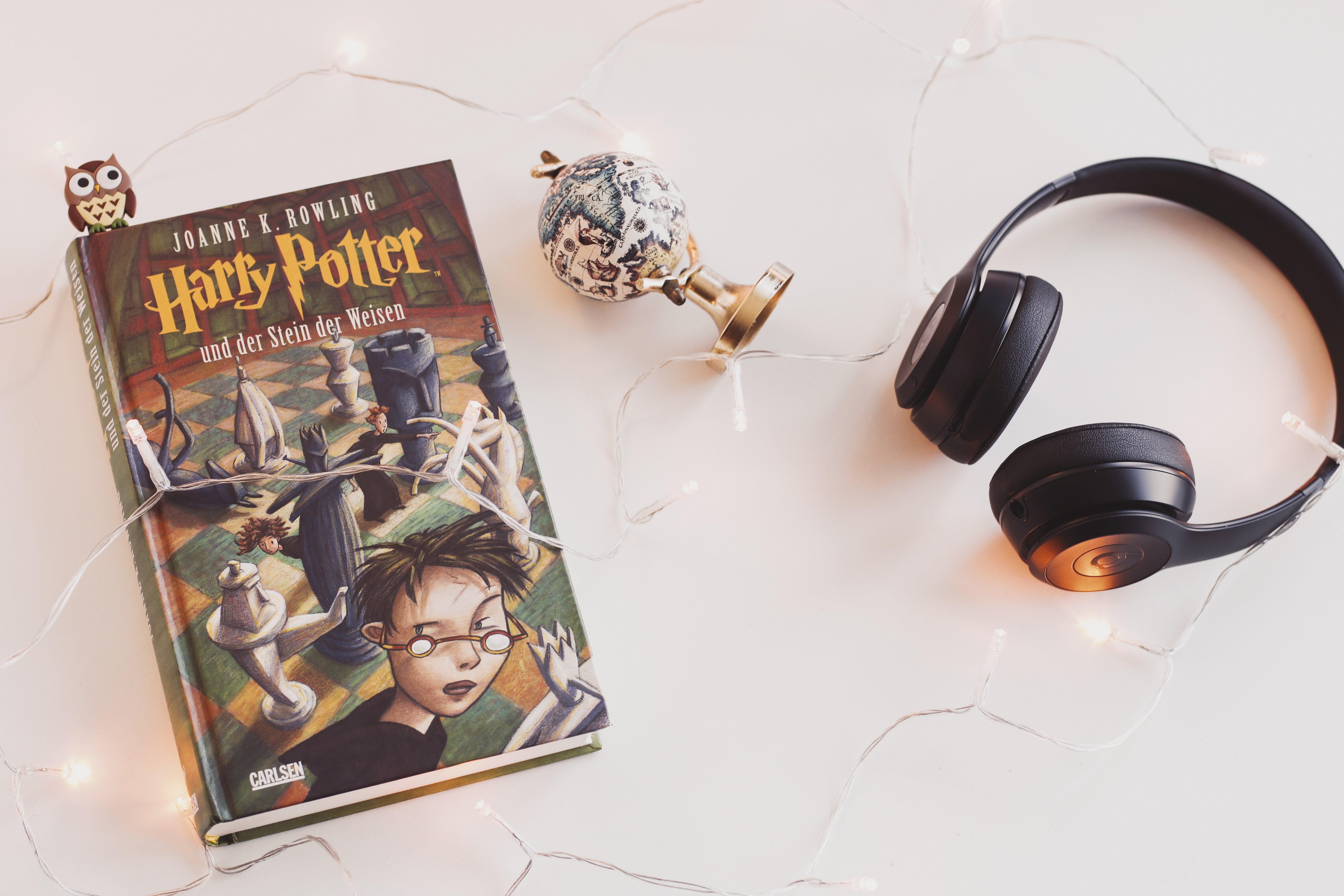 harry-potter-book-and-black-headphones-with-trinket-1005012